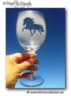 Rödvin glas 3 Islandshäst